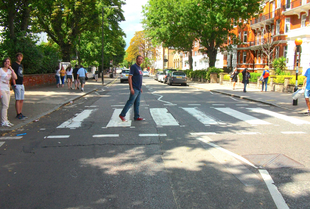 Raúl cruzando Abbey Road